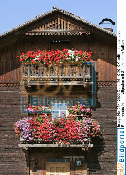 details zu 0005412922 bauernhaus mit geranien am balkon djv bildportal. Black Bedroom Furniture Sets. Home Design Ideas