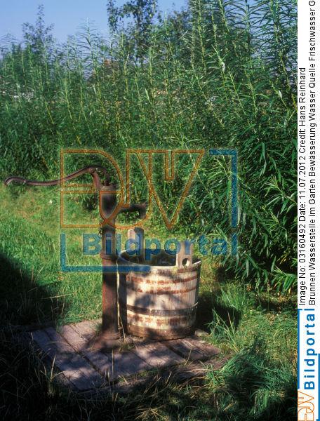 Titel: Brunnen Wasserstelle Im Garten Bewässerung Wasser Quelle  Frischwasser Grundwasser Dekoration. Bild No. 0003160492