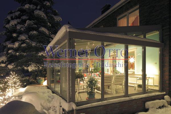 details zu 1003504512 einfamilienhaus mit wintergarten im schnee abendstimmung beleuchtung. Black Bedroom Furniture Sets. Home Design Ideas